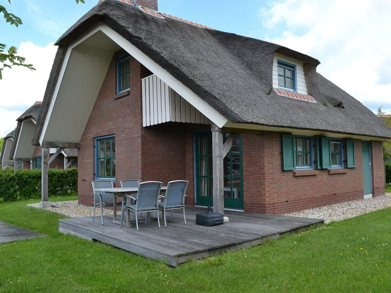 Stylish thatched villa with two bathrooms near Giethoorn, casa vacanza a Wanneperveen