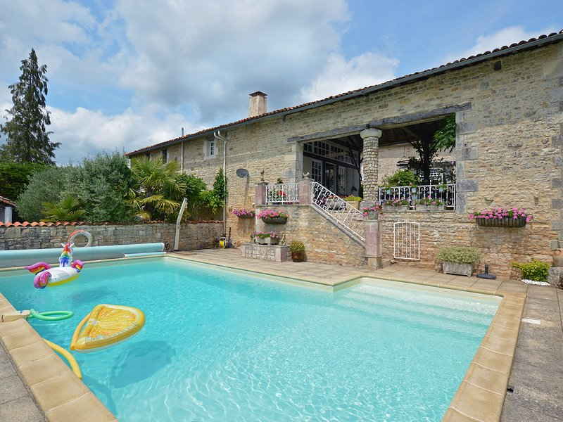 Cozy Holiday Home in La Forêt-de-Tessé with Private Pool, holiday rental in Villefagnan