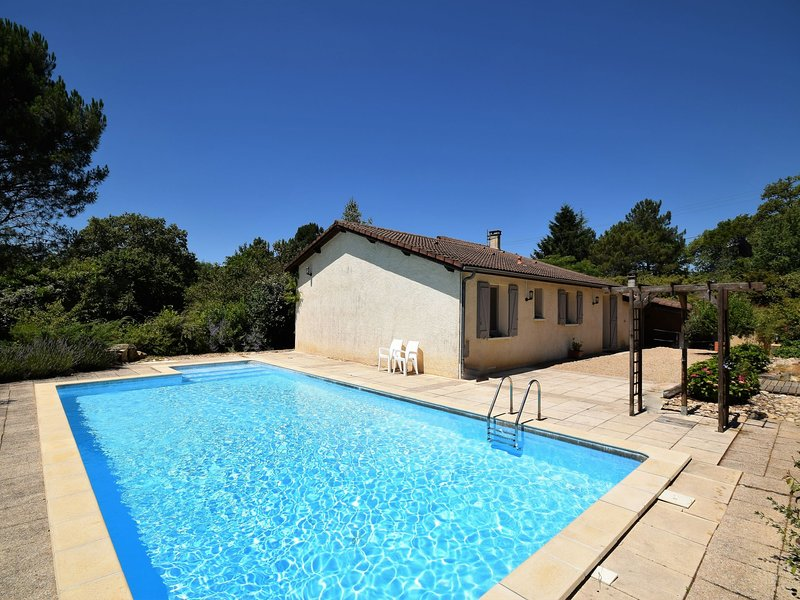 Country-side Villa in Boissières with Swimming Pool, alquiler vacacional en Nuzejouls