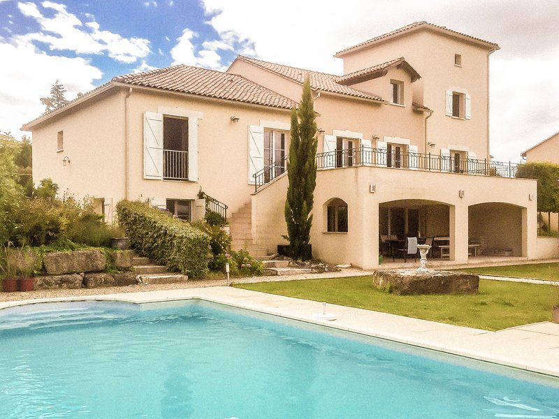 Spacious luxury villa with private heated pool and sauna at an golf course., location de vacances à Roussines