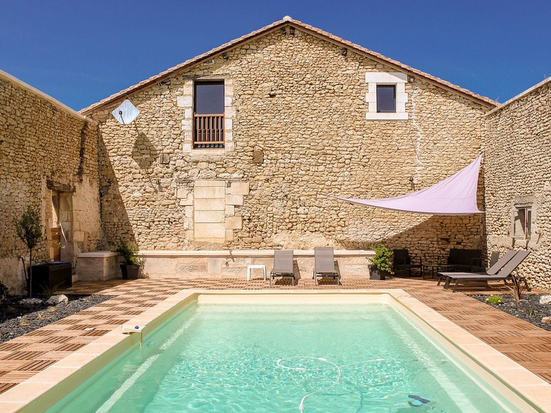 Charming holiday home in Aquitaine with Swimmming Pool, casa vacanza a Mareuil