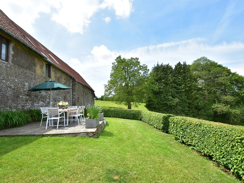 Lovely Holiday Home amidst Meadows in Sourdeval-les-Bois, vacation rental in Montaigu-les-Bois