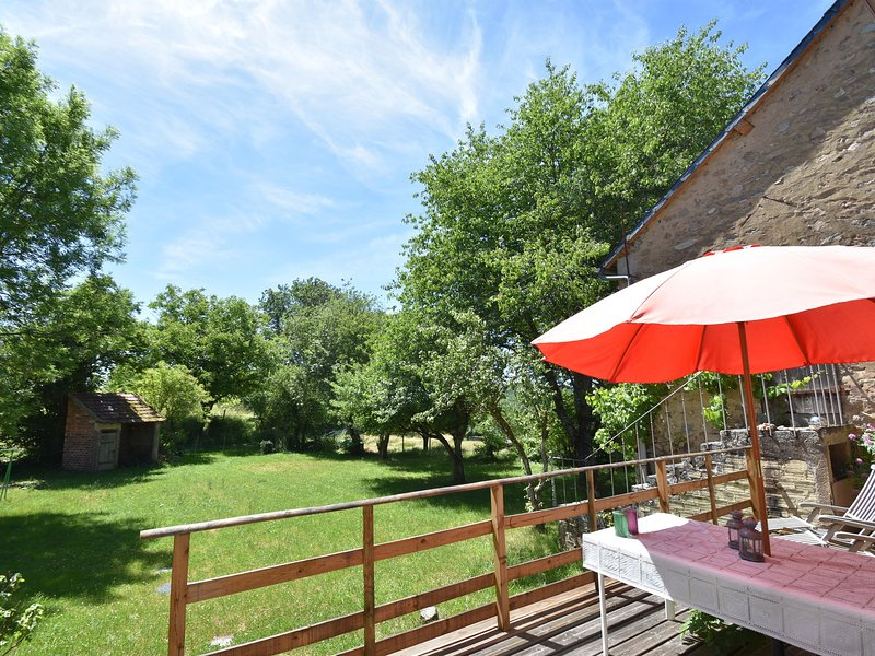 Lovely, spacious holiday home with garden, in the heart of the Morvan region, aluguéis de temporada em Corbigny