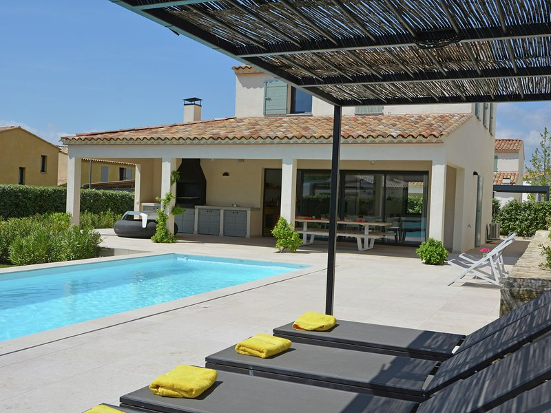 Luxurious Villa with Private Pool in Malaucène, vacation rental in Malaucene