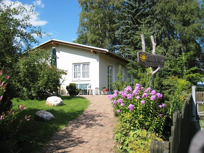 Lovely apartment in a quiet and sunny location with terrace and garden, holiday rental in Markneukirchen