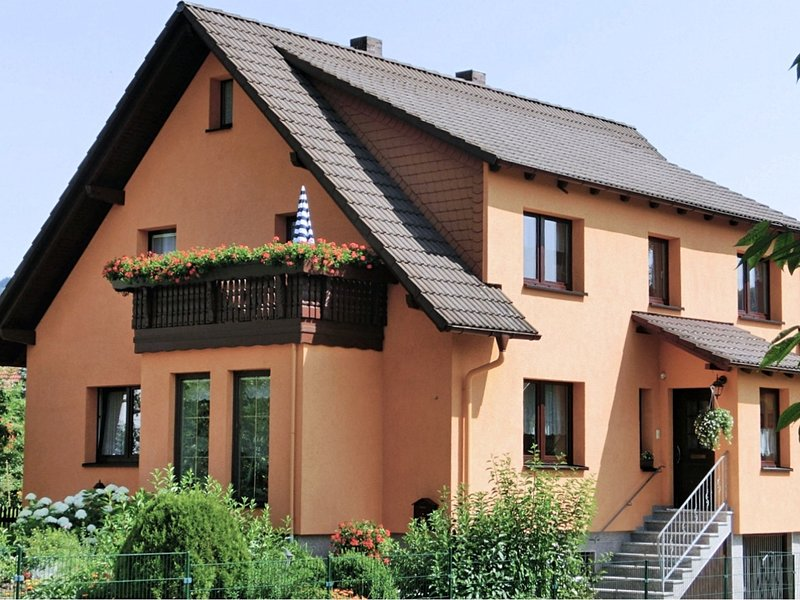 Lovely holiday home in the Thüringer Forest with balcony, deckchairs and barbec, holiday rental in Meiningen