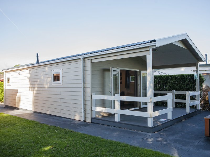 Comfortably furnished chalet with a porch near the Veluwe, holiday rental in Kootwijk