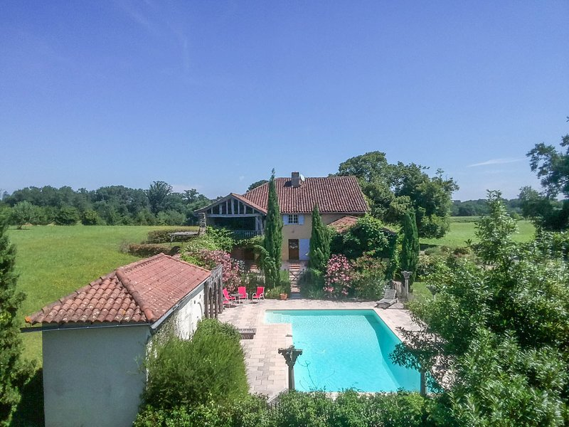 A spacious and beautifully restored rural farmhouse with private pool, holiday rental in Riscle