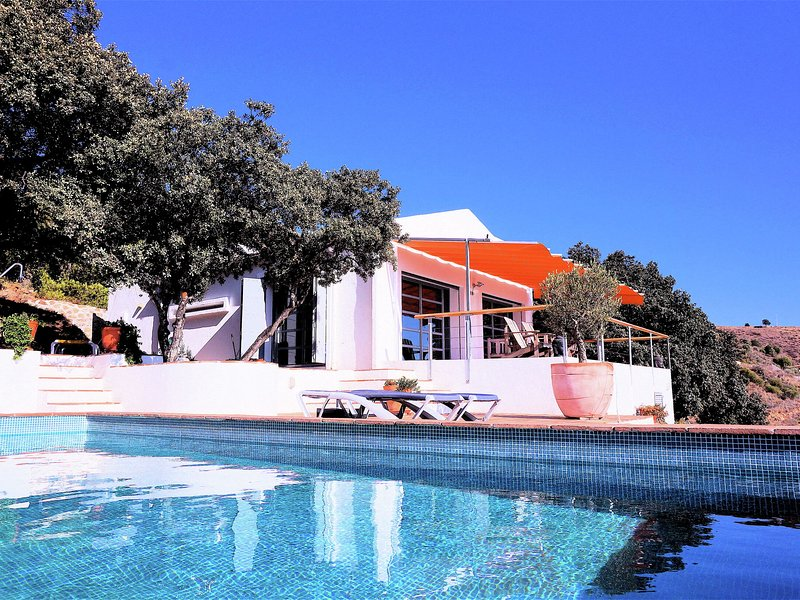 Modern design villa with private pool, sea views and privacy, vacation rental in Moclinejo