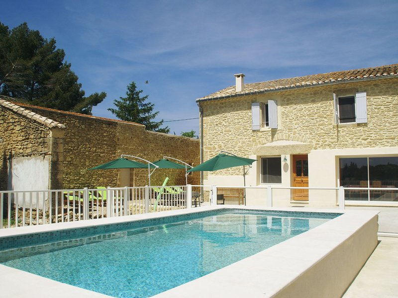 Beautiful holiday home with enclosed, private swimming pool near the village of, holiday rental in Gallargues-le-Montueux