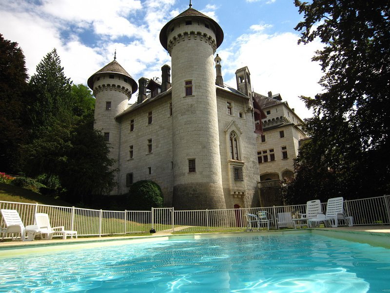 Castle apartment with swimming pool and beautiful view of the Grand Colombier, location de vacances à Artemare