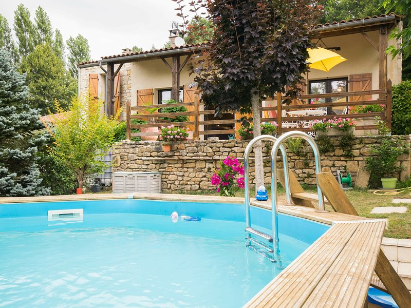 Cosy holiday home with private pool beautiful view and plenty of peace and quiet, vacation rental in Blanquefort-sur-Briolance