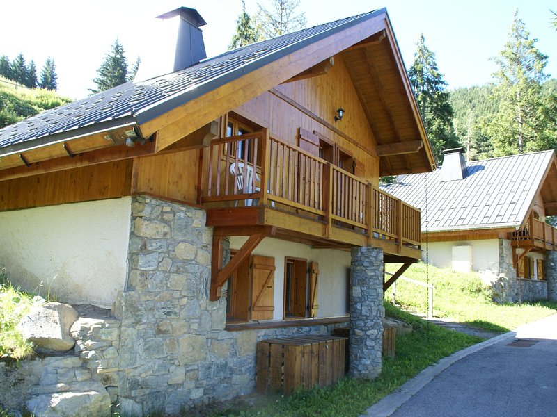 Mountain Chalet, hidden among the trees, with stunning views over lake, location de vacances à Allemond