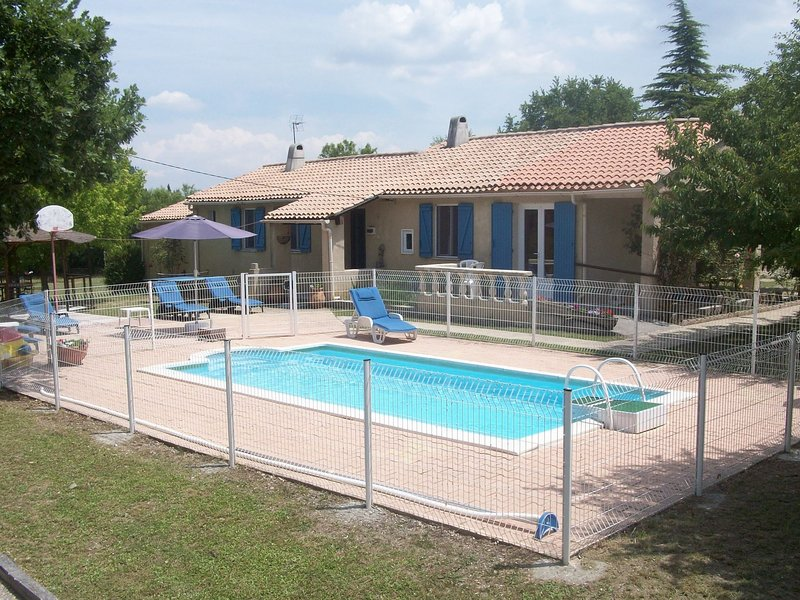 Detached house with private pool near the Parc Naturel Régional du Luberon, vacation rental in Oppedette