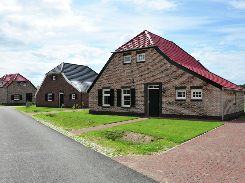Comfortable child-friendly farmhouse villa in Limburg, holiday rental in Heythuysen