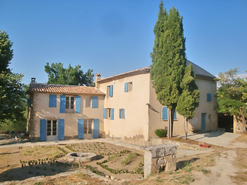 Beautiful Bastide with private swimming pool on beautiful extensive grounds in t, holiday rental in Castellet