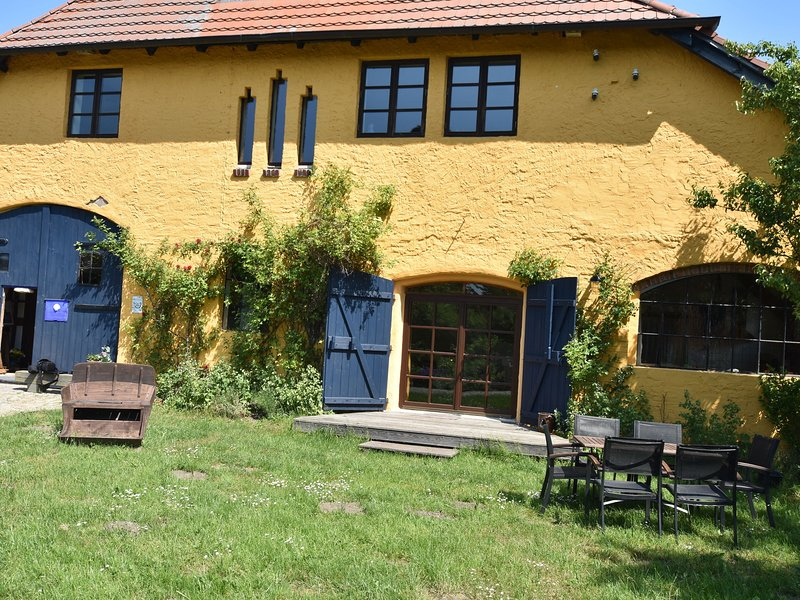 Rustic-style Apartment in Buschenhagen with Garden, holiday rental in Klausdorf