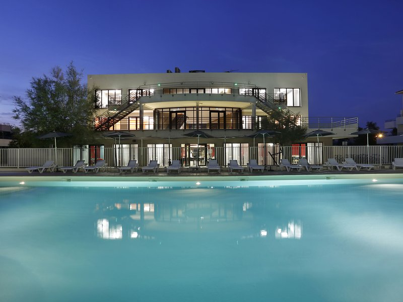 Modern apartment between Grau-du-Roi and Port-Camargue, location de vacances à Port Camargue