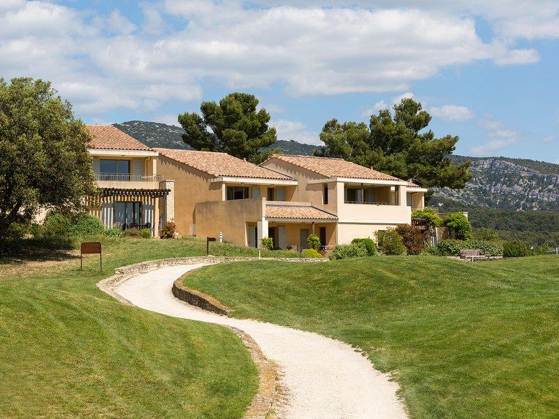 Charming apartment with dishwasher, view at the golf course, location de vacances à Fontaine de Vaucluse