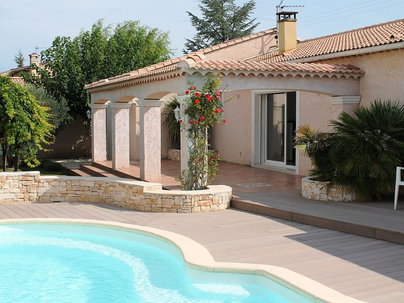 Beautiful modern villa with spacious pool within walking distance of the village, aluguéis de temporada em St Julien les Rosiers