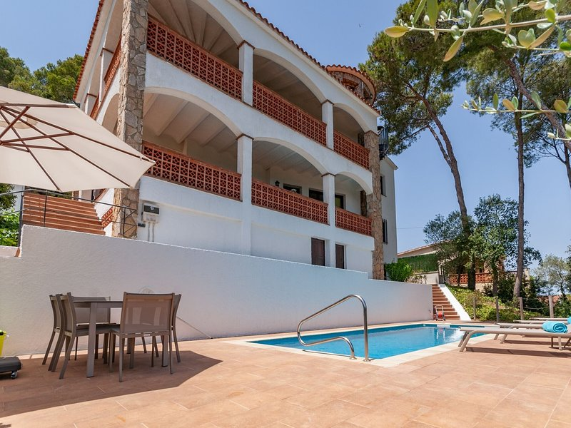 Holiday house in Pals with heated pool and nice sea view for up to 14 persons, alquiler vacacional en Peratallada