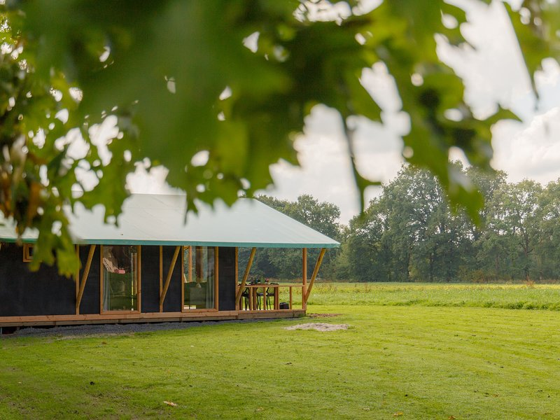 Atmospheric tent lodge with a dishwasher, located in Twente, location de vacances à Zwillbrock