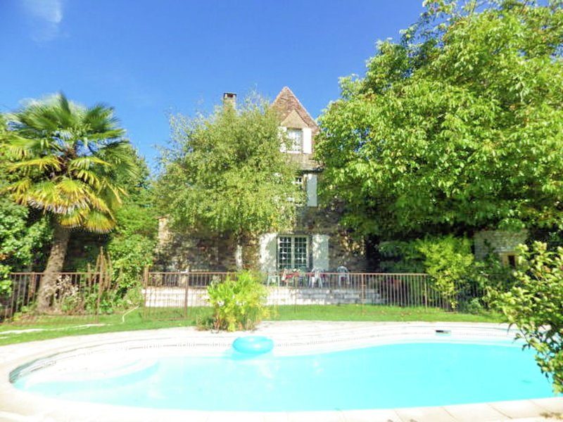 Quaint Holiday Home in Grives with Swimming Pool, holiday rental in Saint-Laurent-la-Vallee