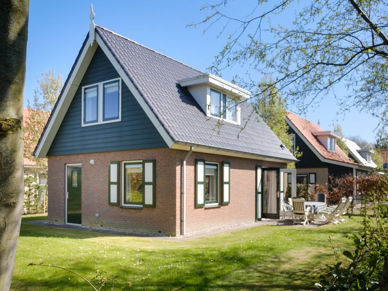 Atmospheric holiday home in a quiet location on the outskirts of Zonnemaire, holiday rental in Zierikzee