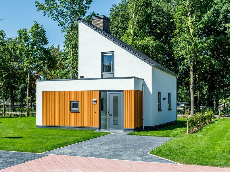 Modern and stylish villa with two bathrooms in Limburg, holiday rental in Heythuysen