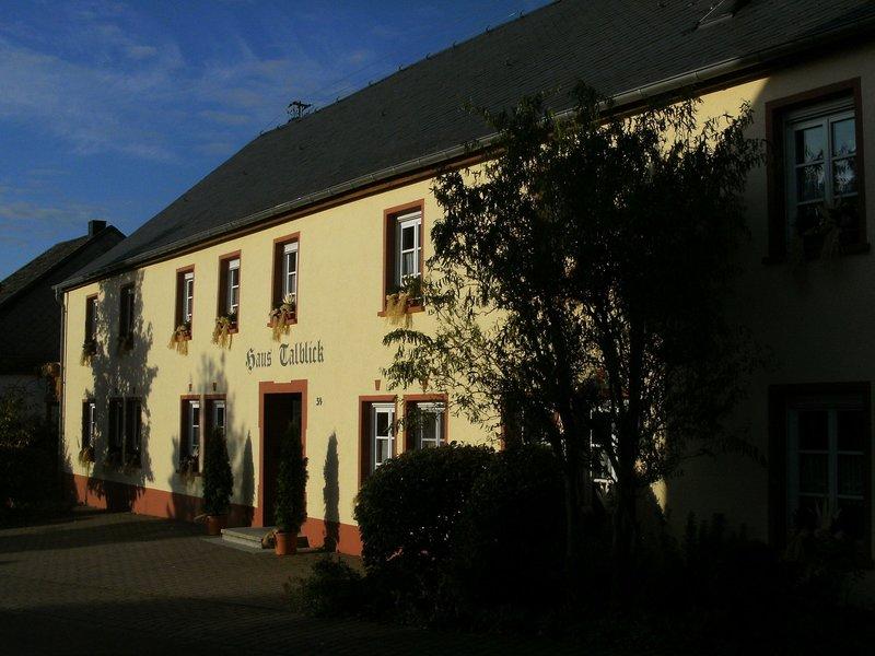Beautiful Holiday Home in Morscheid-Riedenburg with Balcony, holiday rental in Bruecken