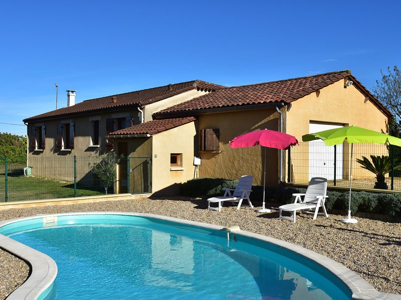 Holiday home among cherry trees, with swimming pool at Saint-Laurent-la-Vallée, holiday rental in Saint Pompon