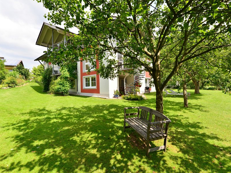 Nice flat with sauna, covered terrace, garden and tree house for children, location de vacances à Brennberg