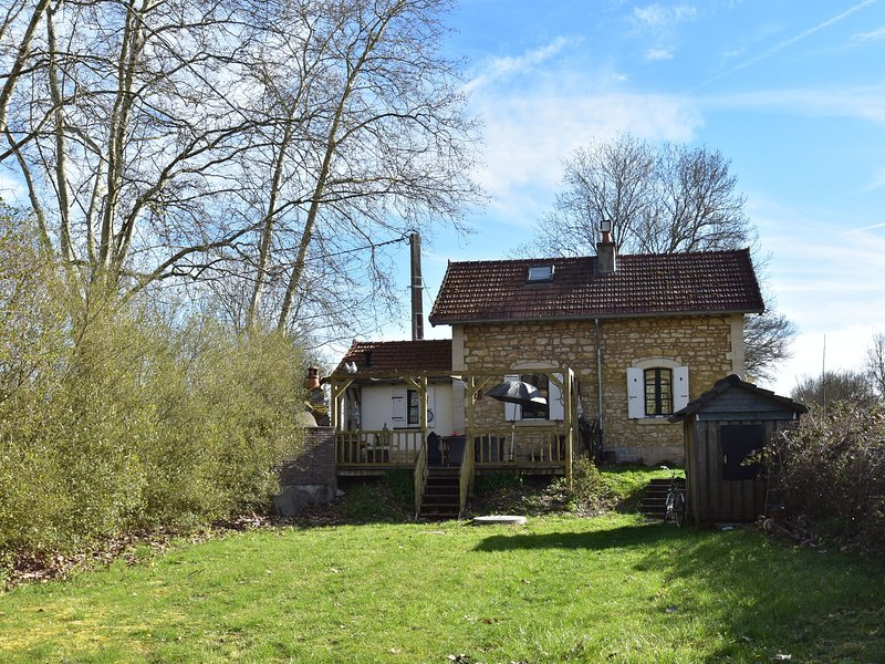 Cute and authentically furnished railway house, beautiful garden, BBQ,stone oven, holiday rental in Verneuil