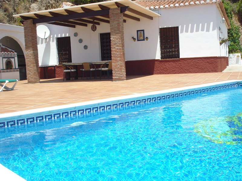 Holiday home with private pool near Nerja, with a panoramic sea view, location de vacances à Maro