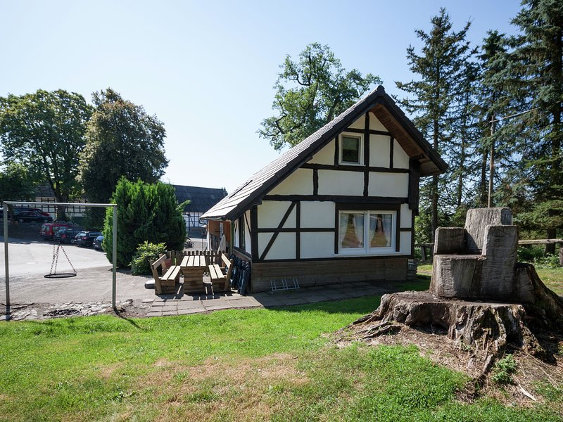 Detached holiday home on an estate in the Sauerland, near Hennesee, alquiler vacacional en Kirchrarbach