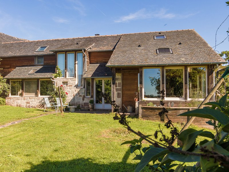 Spacious house on a hill with views and shared pool., vacation rental in Juillac