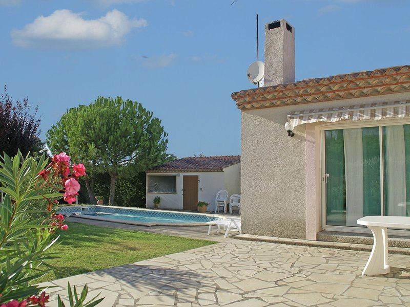 Stylish holiday home with private swimming pool and large, enclosed garden, holiday rental in Pailhes