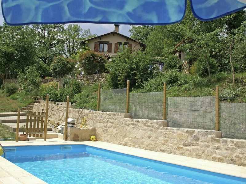 Peaceful Holiday Home in Parisot with Swimming Pool, holiday rental in Ginals