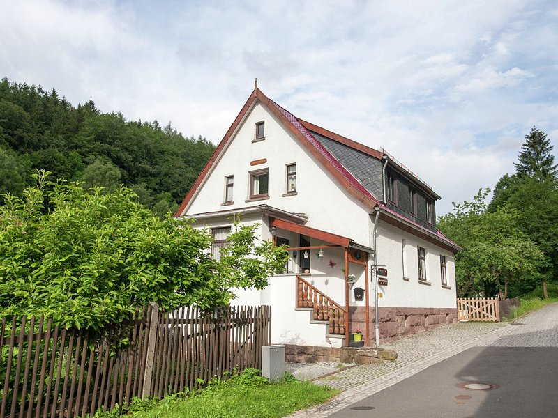 Spacious Holiday Home in Unterschönau near Forest, holiday rental in Frankenhain