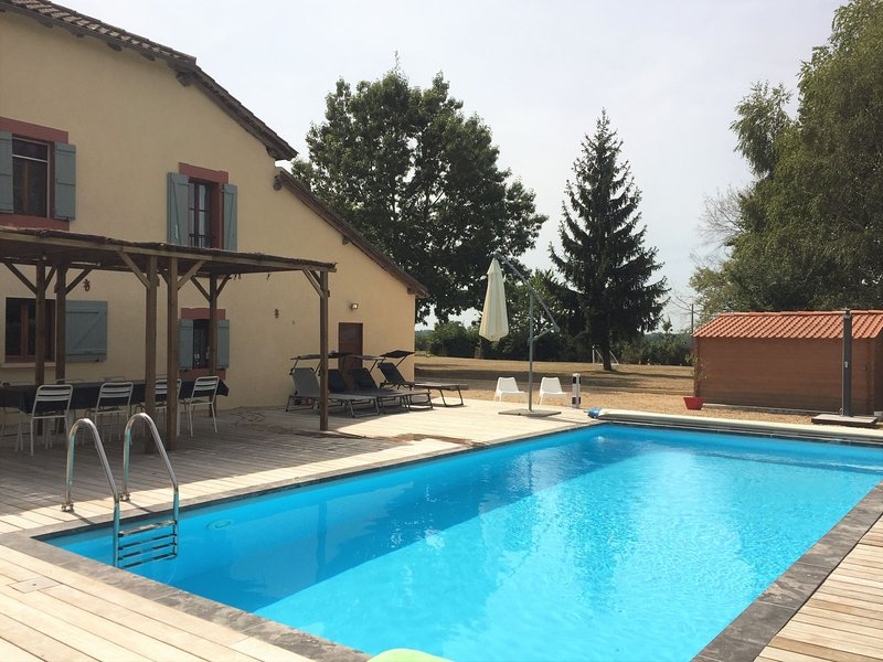 Luxurious Villa in Cazaubon with Swimming Pool, vakantiewoning in Monguilhem