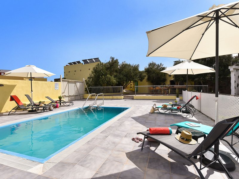 Authentic holiday home, ground floor level, with private pool and large terrace, holiday rental in El Burrero