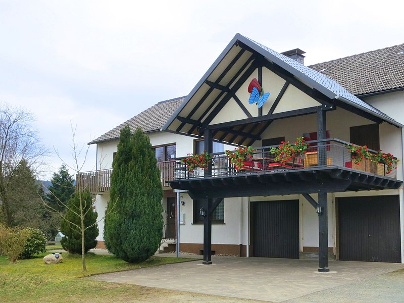 Spacious holiday home in the Sauerland with garden and playhouse, holiday rental in Medelon