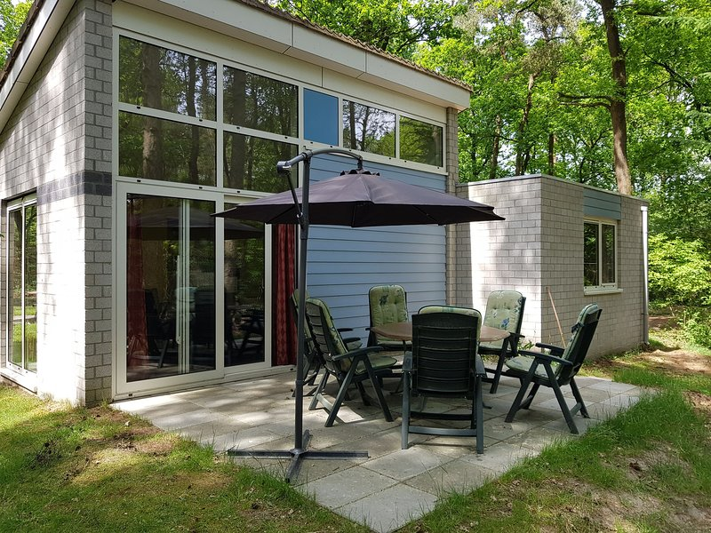 Semi-detached bungalow with dishwasher near Kootwijkerzand, vacation rental in Kootwijk