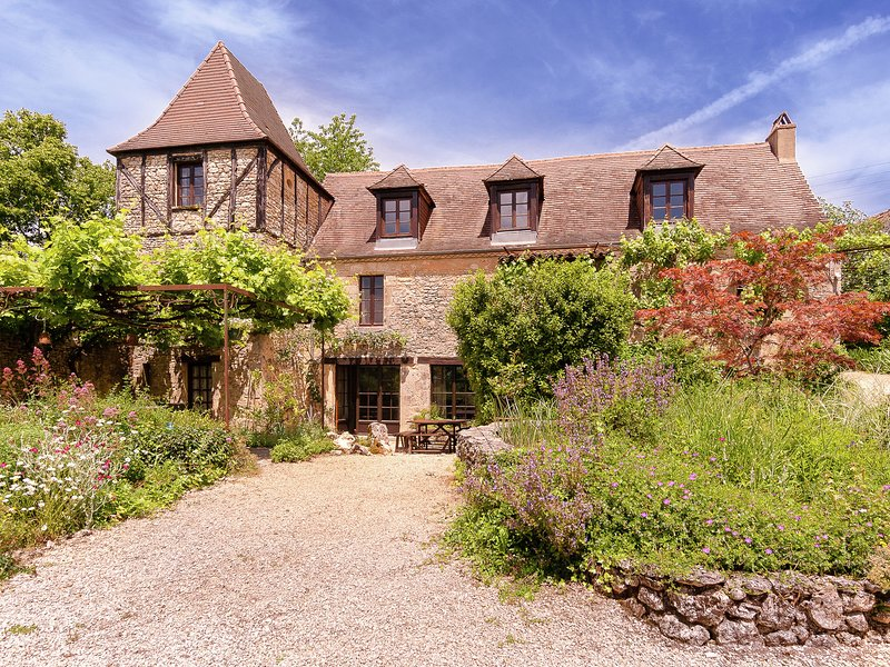 Quaint Mansion in Aquitaine estate with private garden, holiday rental in Carmensac