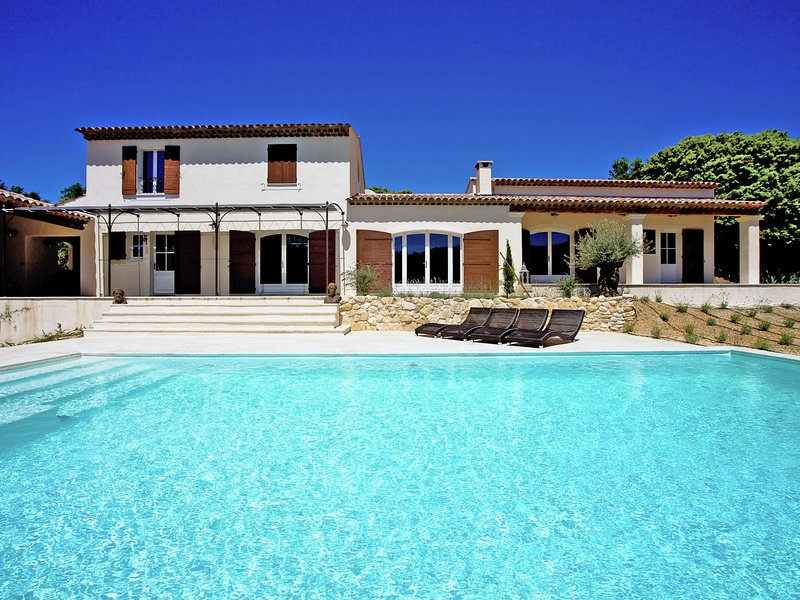 Contemporary villa in Apt with Private Pool, holiday rental in Buoux