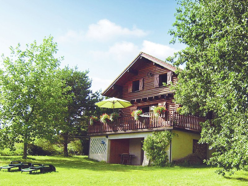 Cozy Chalet with Breathtaking Views in Hommert, location de vacances à Langatte