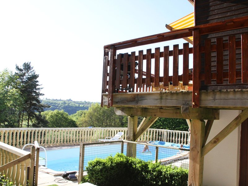 Cozy Holiday Home near Lake in Beaulieu, holiday rental in Margerides