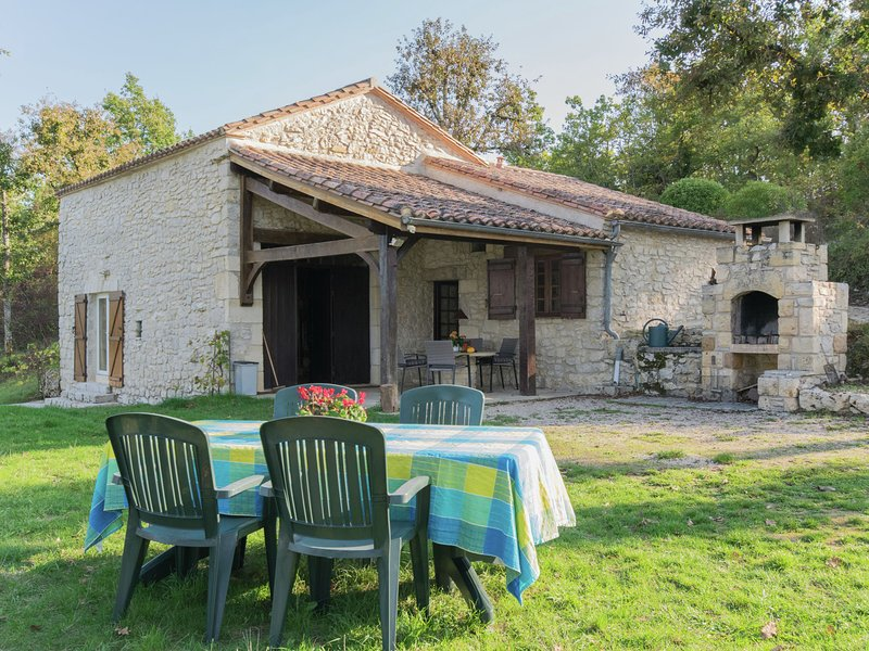 Beautiful Holiday Home in Mauroux with Swimming Pool, vacation rental in Condezaygues
