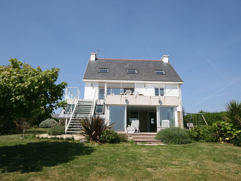 Modern Mansion in Clohars-Carnoët with Private Swimming Pool, holiday rental in Doelan