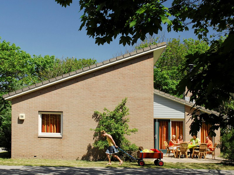 Comfortable holiday home with fireplace near the beach, holiday rental in Poeldijk